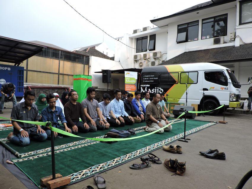 Shalat Berjamaah di Mobile Masjid