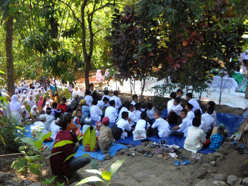 (Foto Dokumentasi Dalam Rangka Haul Sesepuh Pondok Pesantren Al-Mubarokah Serta Khitanan Massal Anak Yatim Piatu dan Dhu'afah Tahun 2016)