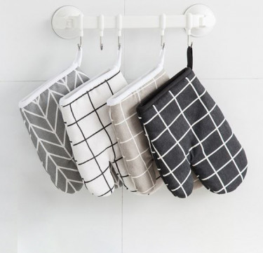 Scandinavian Plaid Pair of Oven Gloves