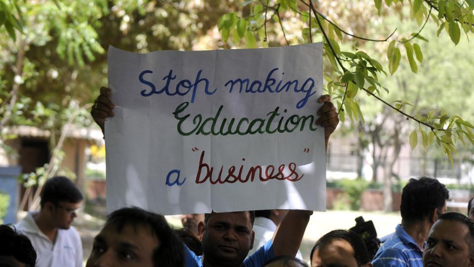 schools-stadium-hindustan-against-private-parents-protesting_05022018034724.jpg