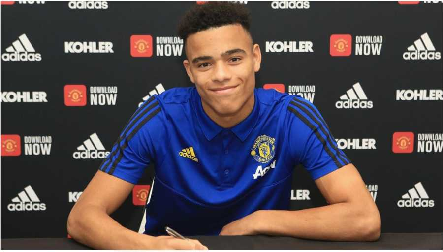 Foto Mason Greenwood tandatangan perpanjangan kontrak bersama Manchester United