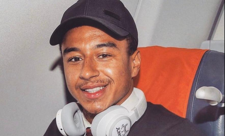 foto jesse lingard di dalam pesawat sebelum pertandingan Partizan Belgrade Vs Manchester United