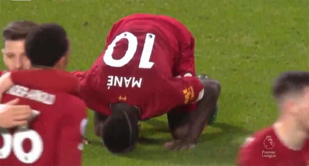 sujud syukur Sadio Mane usai cetak gol di pertandingan Liverpool Vs Everton