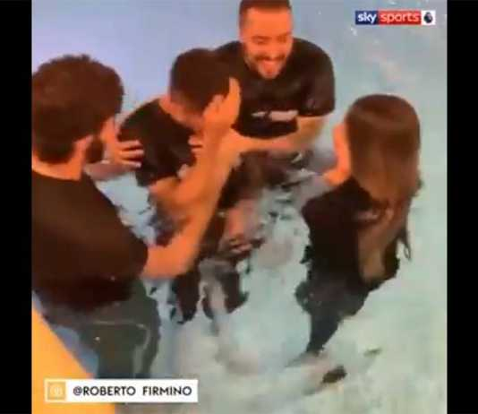 upacara pembaptisan Roberto Firmino