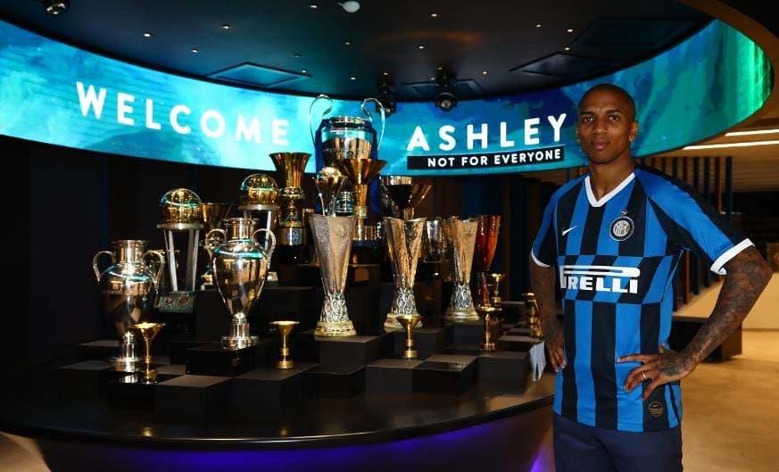 Foto Ashley Young Berseragam Inter Milan