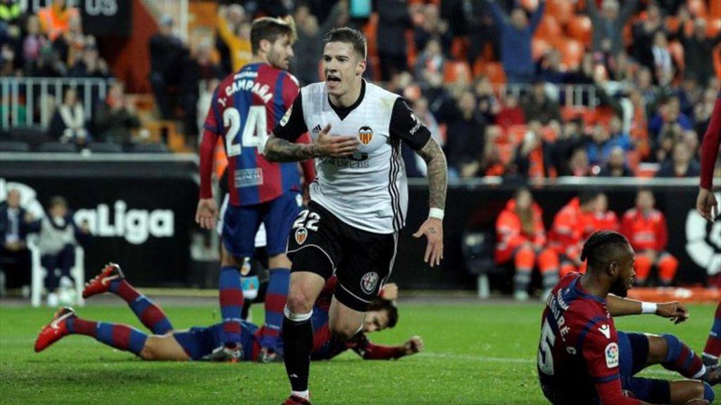 Momen saat Santiago Mina cetak gol ke gawang Levante