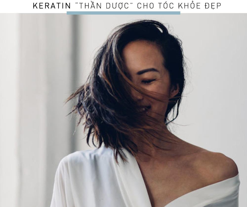 """Nếu bạn chưa biết thì Keratin là lớp sừng cấu tạo nên móng tay và tóc, đóng vai trò quan trọng trong việc tăng cường độ chắc khỏe cho tóc. Từ xa xưa, phụ nữ Brazil đã biết tận dụng Keratin vào quy trình dưỡng tóc của mình. Keratin được xem là """"bí quyết vàn"""