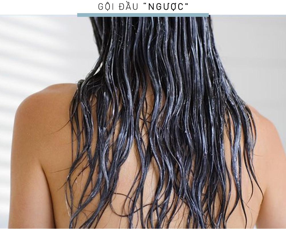 """Đối với các cô nàng có mái tóc mỏng và dễ gãy rụng, phương pháp """"gội đầu ngược"""" sẽ tạo nên phép màu cho mái tóc đấy. Hãy dùng dầu xả, mát-xa nhẹ ở phần đuôi tóc trước rồi xả đi, sau đó hãy bắt đầu bước gội đầu. Phương pháp mới lạ này sẽ giúp tóc bạn trông"""