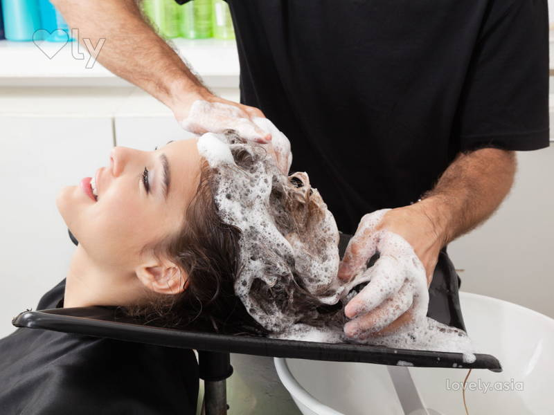 hairstylist wash girl's hair