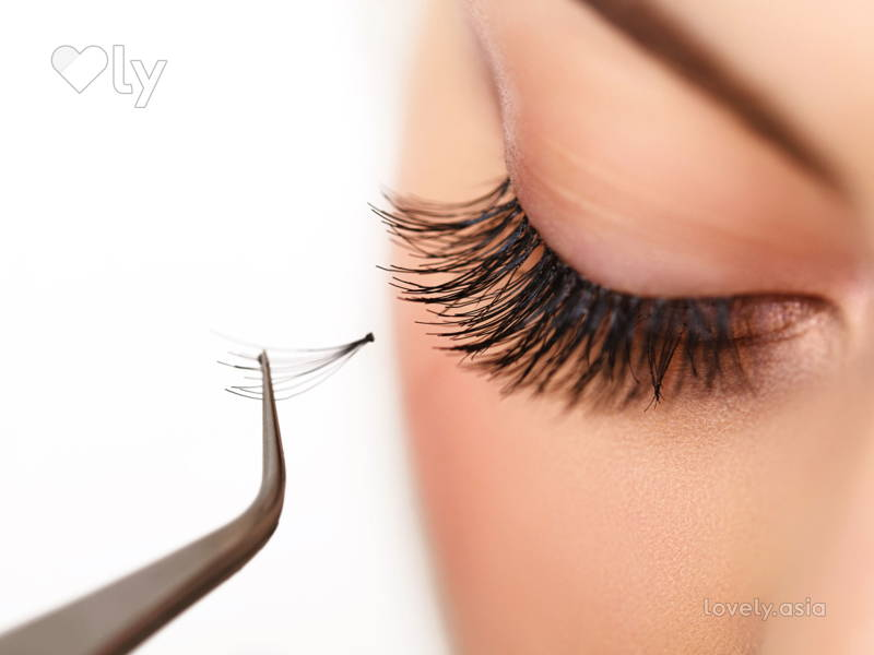 eyelash-extensions-application