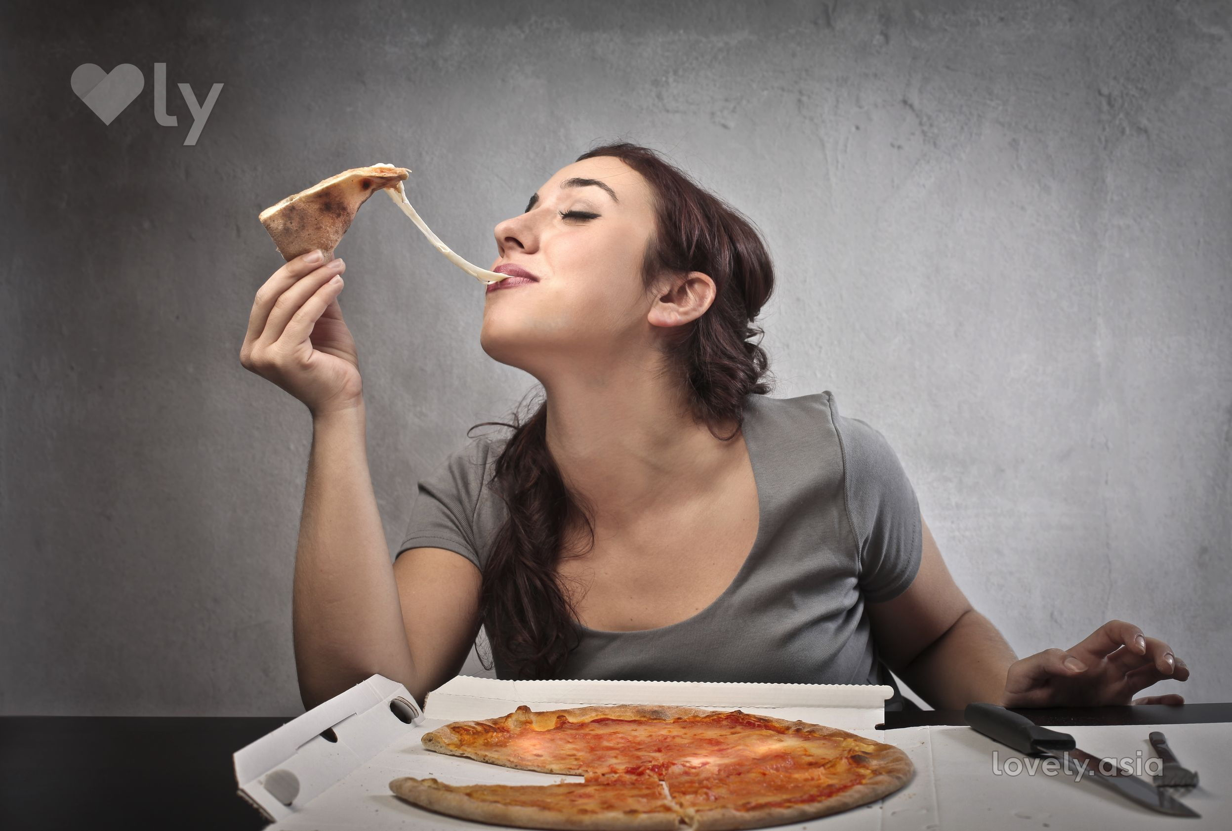 woman eats pizza