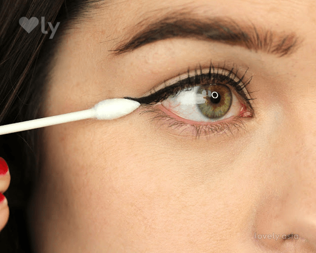Eyeliner application cotton bud
