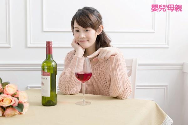 酒精會直接透過胎盤傳給寶寶,也就是說媽媽喝了多少,寶寶就會吸收多少