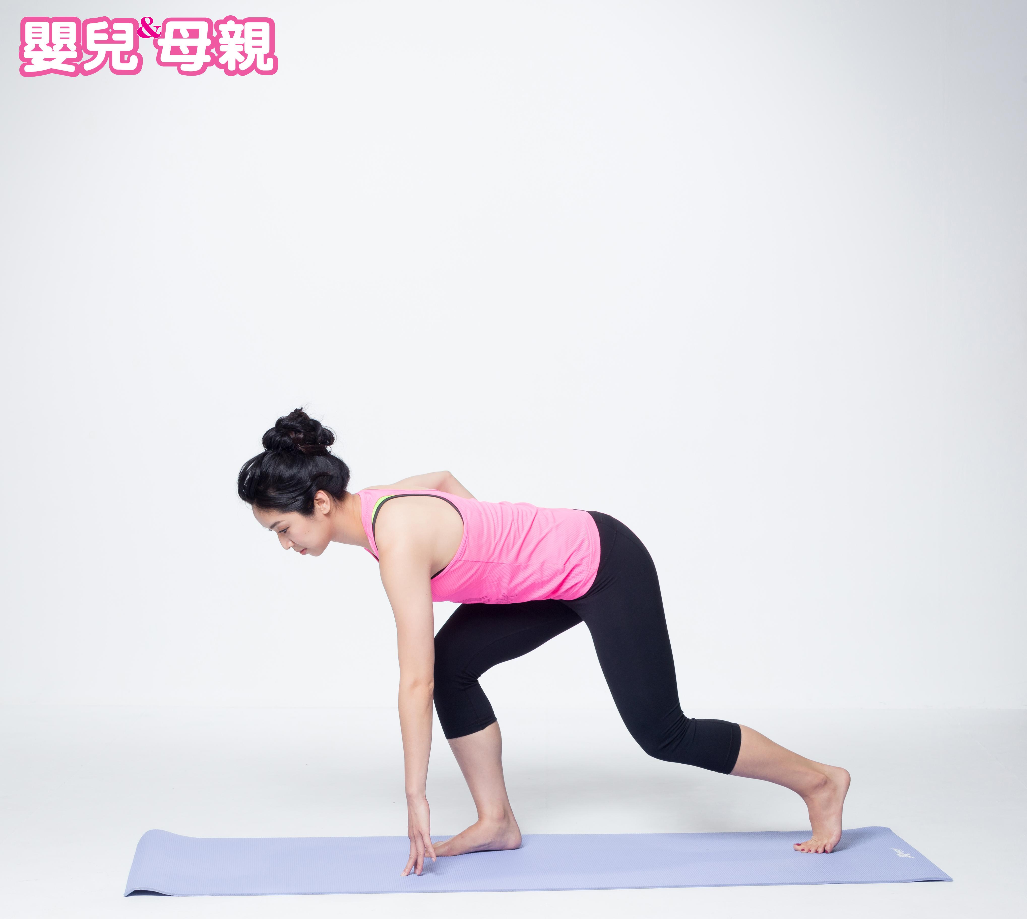 前腳弓後箭步蹲,身體前傾,肩膀超過前腳腳尖的位置,讓前腳臀部支撐身體的力量,後腳腳尖輕輕點地,對側手摸地板。