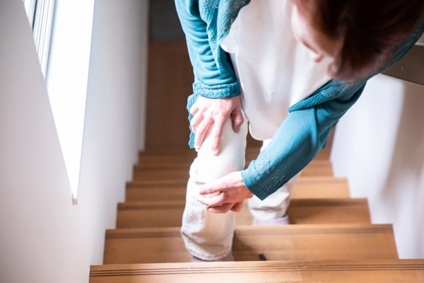 所有腳離開地面的運動,包括跑跟跳,衝擊力都比較大,如果加上上下坡,例如爬山或爬樓梯,傷害就更大,比較不建議長者做。