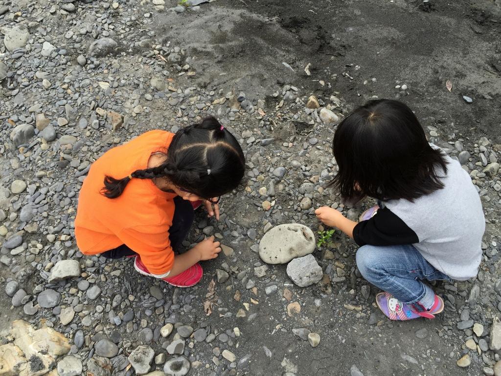 10大親子露營遊戲:撿石頭
