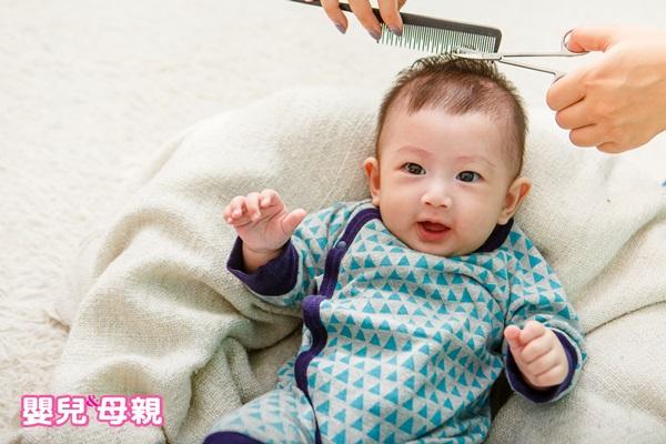 如果想替寶寶剃胎毛又不願讓孩子整頭剃光,可剪一小撮孩子的頭髮