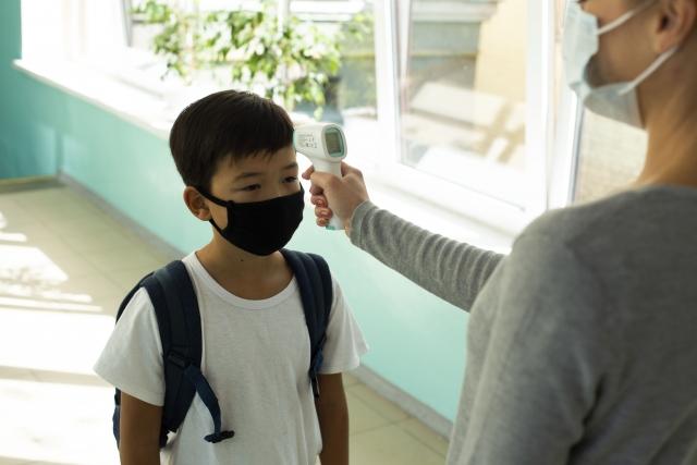 開學到校後,學校應落實入校(園)時及下午上課前師生體溫量測、手部清消及監測健康狀況。