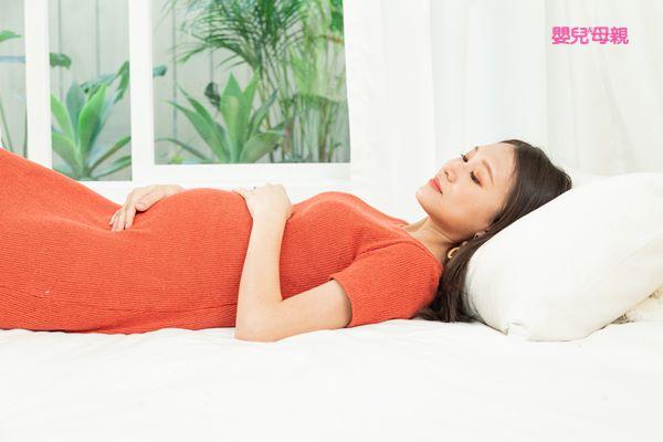 除了子宮收縮的頻率要充足,還要再加上胎兒的頭下降,才能開始進入產程