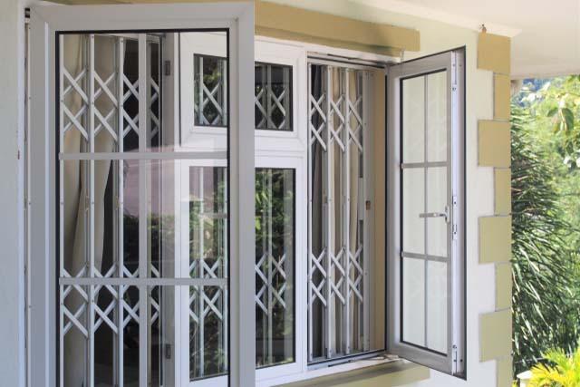 使用殺蟲劑時,一定要「打開門窗保持空氣流通」,避免人體暴露在高濃度的環境