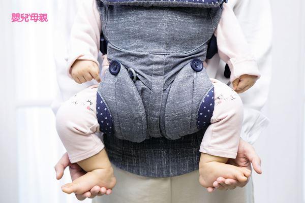 背巾要符合人體工學,可讓寶寶的雙腳呈現「M字型」