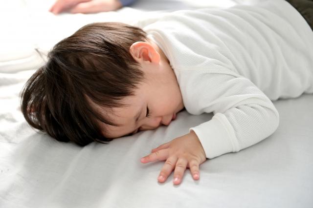 當寶寶趴睡時,大人一定要在旁邊顧著,隨時注意寶寶的狀況