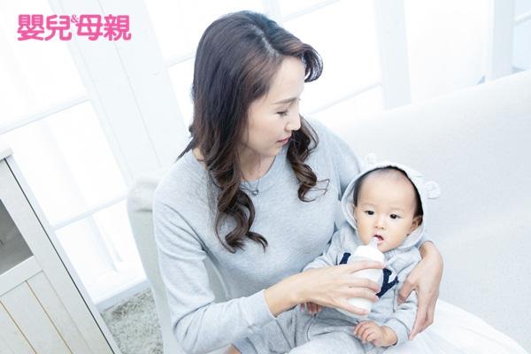 嬰兒手語:寶寶比了ㄋㄟㄋㄟ手語,大人再餵奶,藉以訓練寶寶等待與溝通