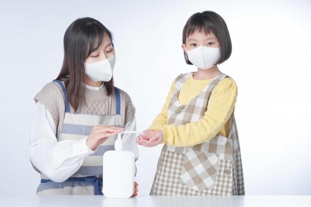 依照「校園因應嚴重特殊傳染性肺炎疫情停課標準」,1班有1人確診就停課;1校有2人以上確診全校停課;1鄉鎮市區有1/3學校停課,則全區停課。