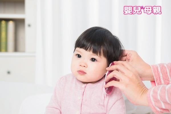 寶寶發燒:量耳溫時,可稍微抓著寶寶的耳朵上面,將耳朵稍微往後拉,並且以兩耳較高溫的溫度為準。