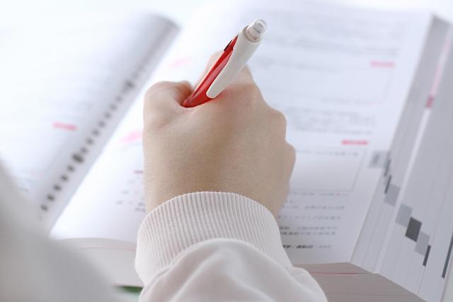 父母也不要太計較考卷上的分數,但一定要要求孩子學習的態度