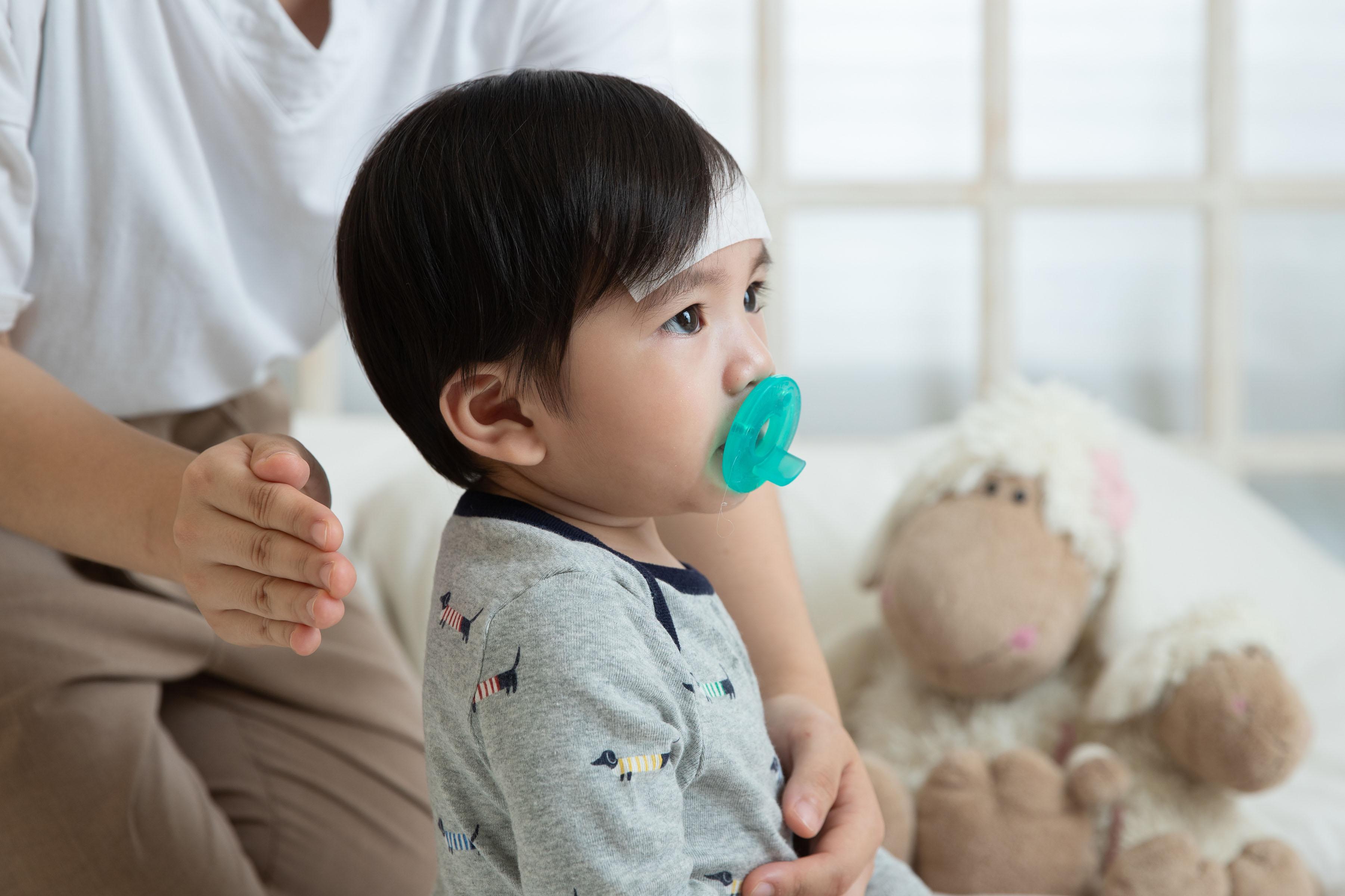 流感潛伏期只有1~3天,引發臨床症狀較重,包括開始全身性發冷、寒顫、高燒可達40°C、劇烈頭痛、眼?痛、流淚、手腳肌肉與關節酸痛等