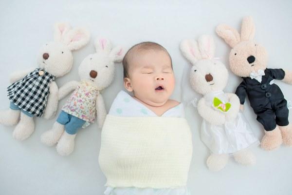 除了白噪音以外,也可以用包包巾讓寶寶安心