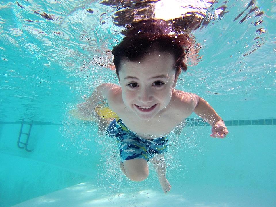 游泳可使胸肌與腹肌獲得鍛鍊