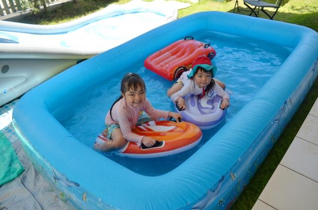 因應疫情關係,不管是室內或戶外泳池均不開放,許多爸媽為了讓孩子在家也能享受戲水樂趣,通常都是購買充氣式的泳池