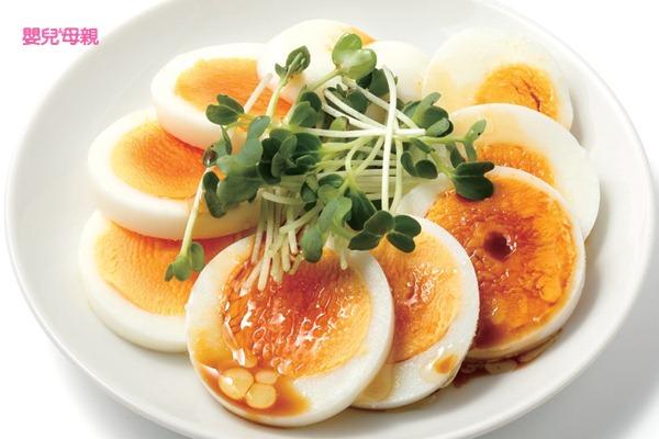 把水煮蛋橫切成片