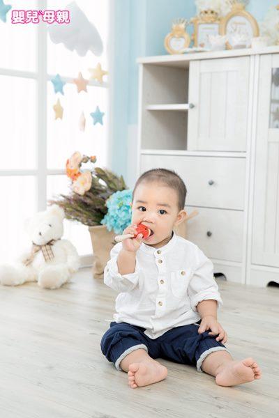 寶寶的肢體或衣物若不慎接觸到環境中的含鉛粉塵,如:油漆碎屑、玩具塗料等,在吮指或咬嚼物體時,不知不覺就會吃下含鉛粉塵。