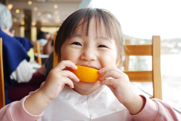 6個月大後的嬰幼兒對鐵質需求大增,須多補充富含維他命C的食物,如:綠色蔬菜、桔子、芭樂、檸檬、蕃茄、柚子、柑橘、柳丁等。