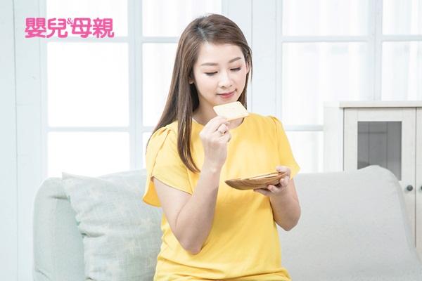 懷孕初期:孕吐的緩解方式則如少量多餐、適量吃蘇打餅乾、不要太飽或空腹、服用維生素B6。