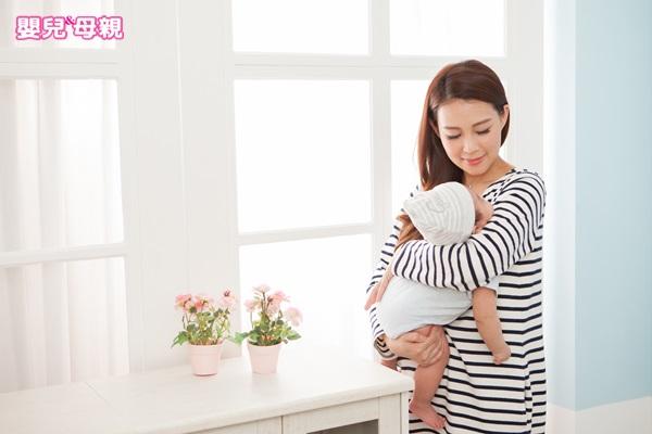父母與新生兒的肌膚接觸,對寶寶的成長發育很重要。