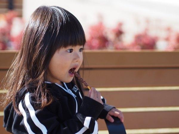 巧克力含有咖啡因的成分,過量會使神經系統興奮,而導致寶寶不易入睡或哭鬧不安