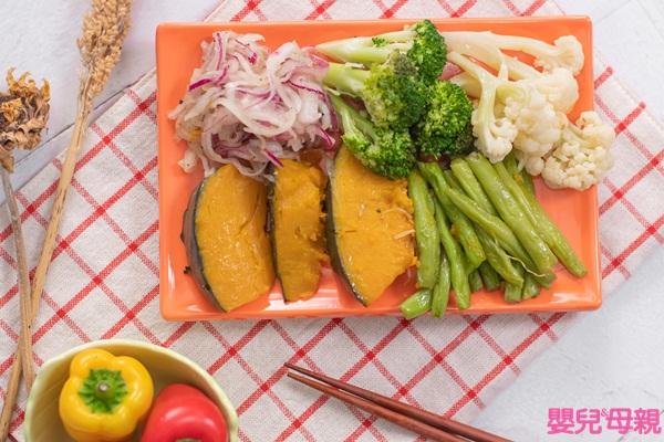 隔夜菜:但綠色蔬菜復熱後顏色變灰黃色,口感較軟爛,不建議帶便當,可用茭白筍、玉米筍、高麗菜、蘿蔔、菇類或冷凍花椰菜等來替代