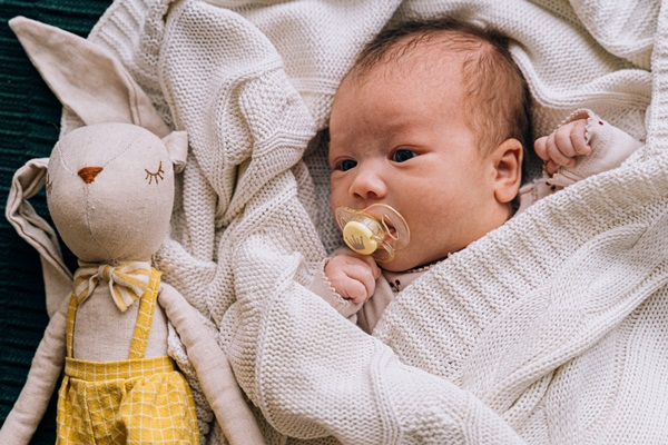 安撫物:安撫奶嘴也是許多小孩睡覺必備的安撫物。