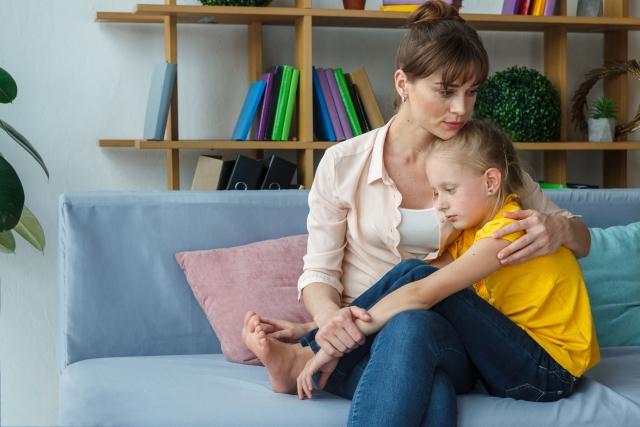 如果孩子認為是自己造成爸媽離婚的,更需要讓孩子知道:「不是因為你的關係。」