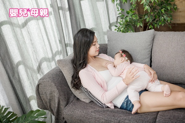 親餵時,寶寶含乳姿勢不正確也會導致寶寶咬乳頭