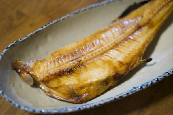 小孩卡到魚刺:魚刺是否會卡住,要看魚刺的形狀、大小、軟硬、掉入的位置而定,如果魚刺 很小、形狀較圓、進入腸胃,則有可能藉由解便排出,但很難完全消化與吸收 到不見