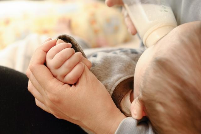 婆婆未經過我的同意,就把冰庫裡的母乳熱來給小嬸的兒子喝
