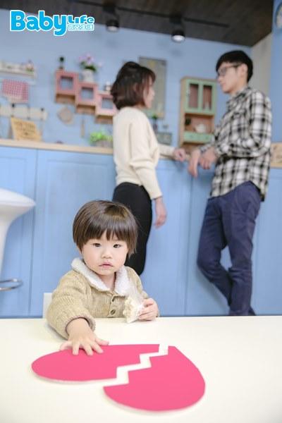 若孩子長期夾在不和睦的父母中間,帶來的負面影響恐怕比離婚來得糟糕