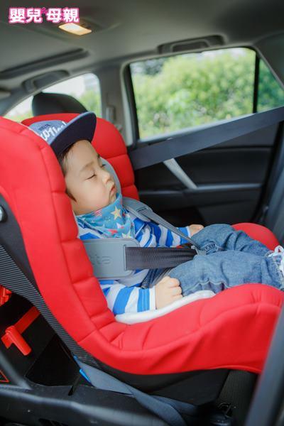 無論如何一定要讓寶寶坐汽座,才能給予孩子完整的保護。