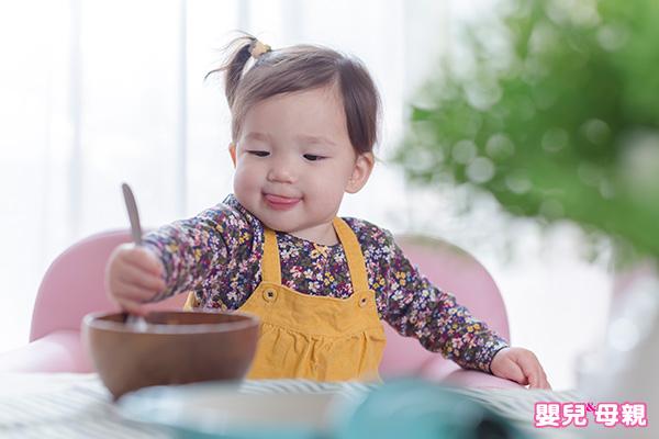 孩子吃飯慢