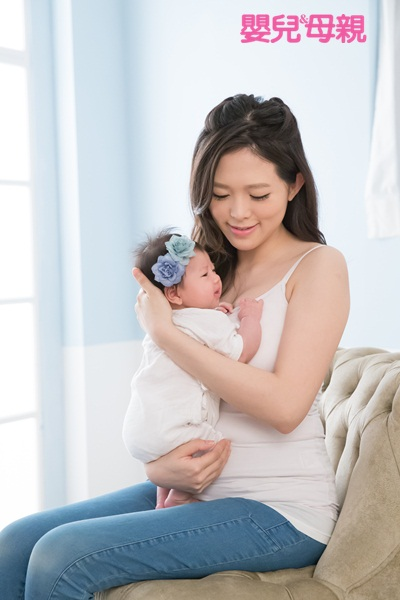 新生兒照顧:溢吐奶時,應讓寶寶暫時側躺,或是將寶寶直立抱起來
